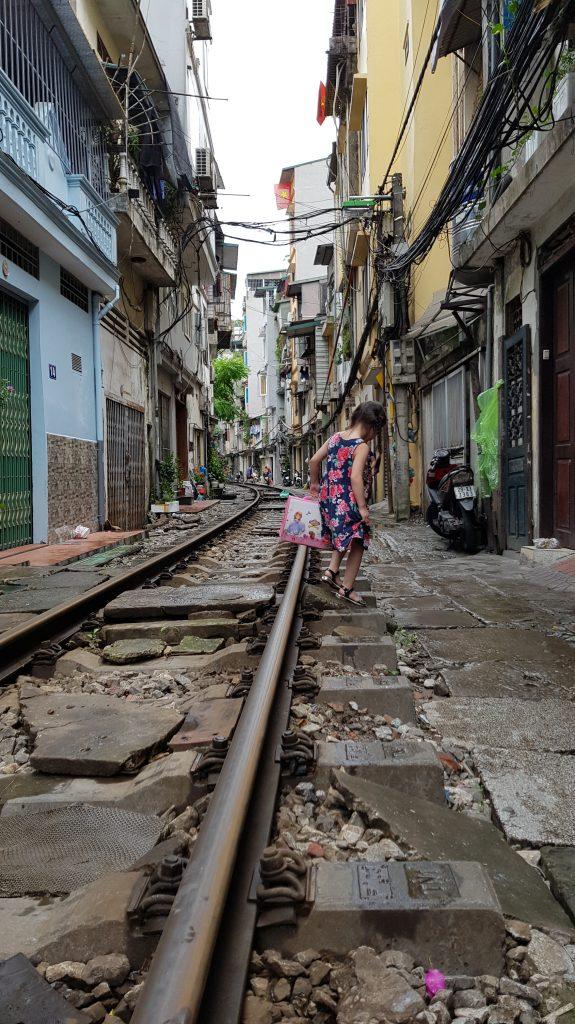 Aspettando il passaggio del treno tra le case di Hanoi