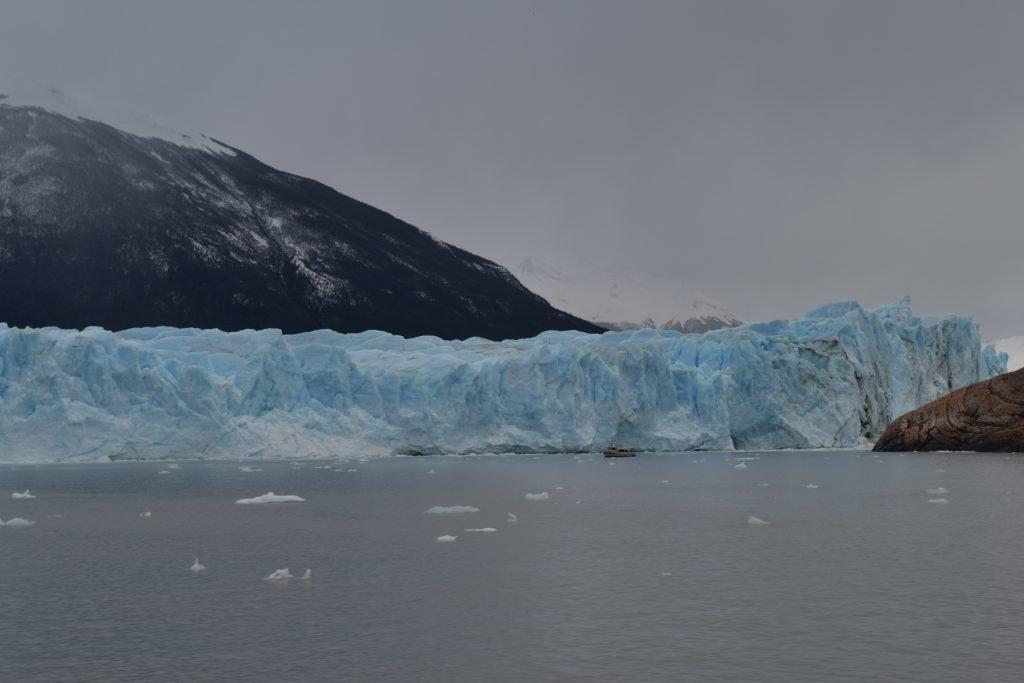 Navigazione di fronte al Perito Moreno